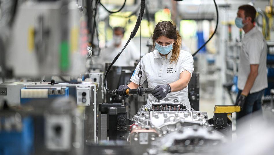 Monteurin bei ZF Friedrichshafen: Der Zulieferer-Riese fährt die Produktion wieder hoch