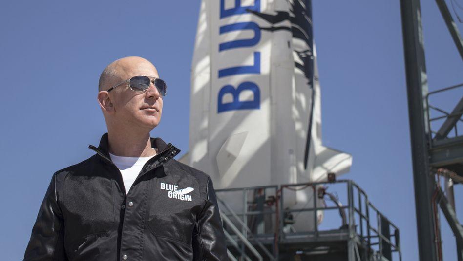 Amazon-Gründer Jeff Bezos inspiziert die Raketenstart-Anlagen seines Tochterunternehmens Blue Origin