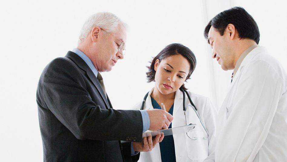 Chefarztbehandlung: Honorare für Chefärzte können bei aufwendigen Behandlungen etliche tausend Euro betragen