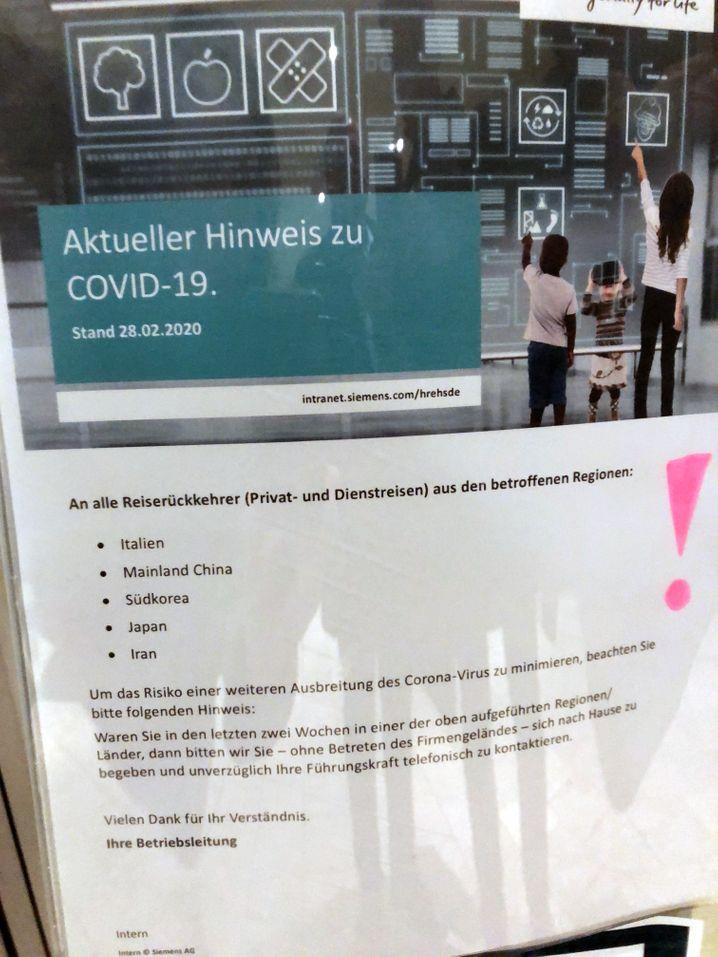 Siemens schickt seine Mitarbeiter , die in Risikogebieten gereist sind, nach Hause - ein Schild an der Tür weist darauf hin
