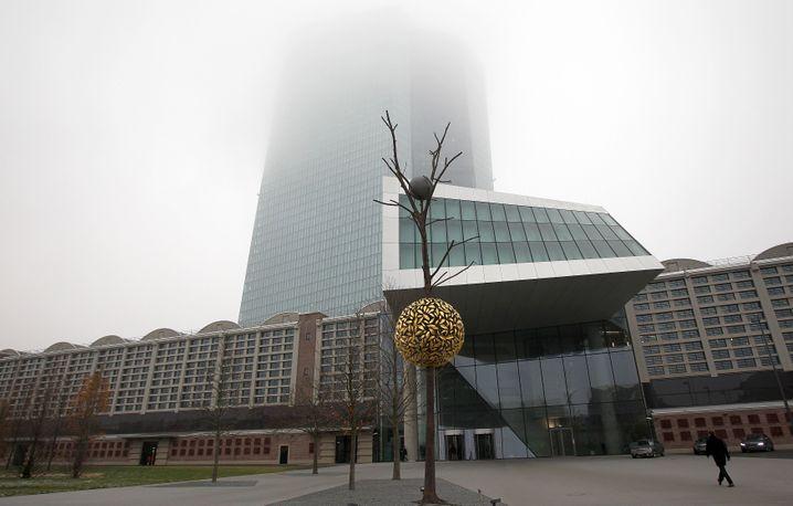 EZB-Zentrale im Nebel: Eine Zinswende wie in den USA ist noch lange nicht in Sicht