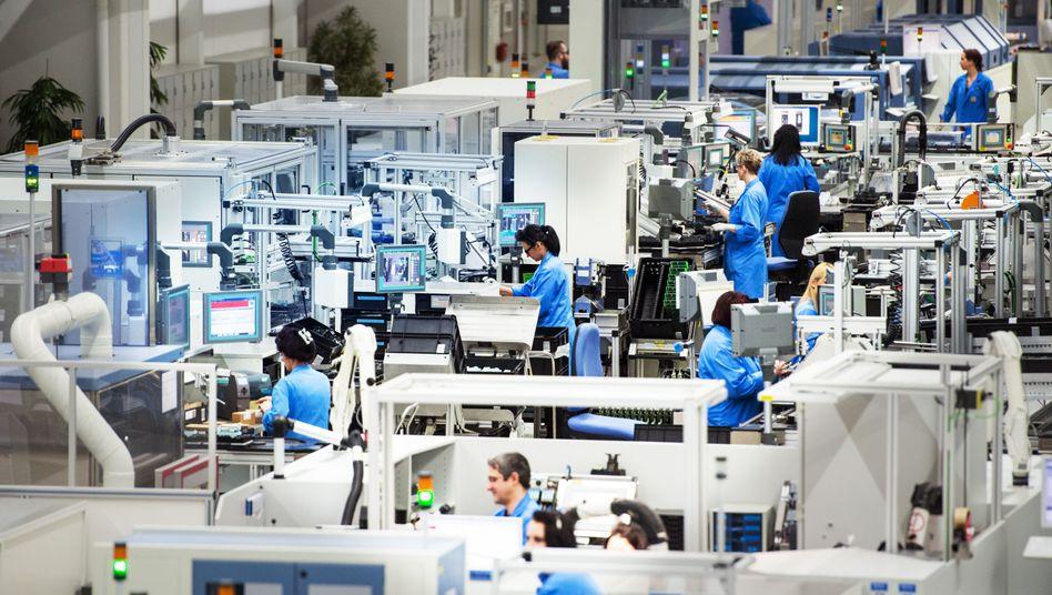 Siemens-Beschäftigte im bayerischen Amberg: Betriebsräte und Gewerkschaft haben Widerstand gegen den angekündigten Stellenabbau angekündigt.