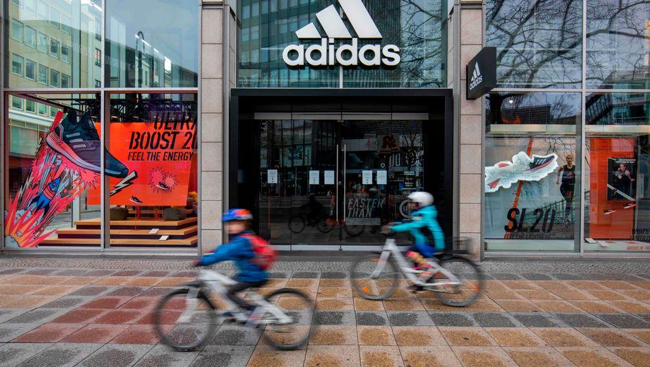Wegen der Coronavirus-Pandemie geschlossener Adidas-Laden in Berlin: Der Sportartikelhersteller erhält nu
