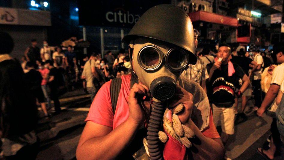 Schutz vor Tränengas: Tausende Menschen demonstrierten am Montag in Hongkong gegen die politische Führung