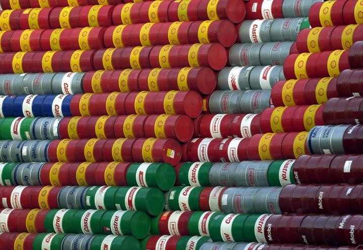 Gestapelte Ölfässer: Der Preis für ein Barrel der US-Referenzsorte WTI ist um fast ein Fünftel abgestürzt