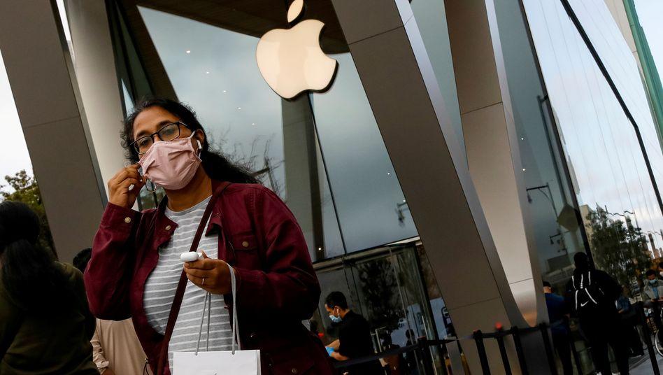 Kundin verlässt Apple Store in New York am 23. Oktober