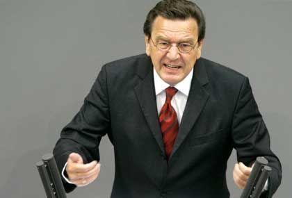 Gerhard Schröder: Ein möglicher Weg zu vorgezogenen Neuwahlen ist - der Bundeskanzler stellt die Vertrauensfrage und seine eigene Parteil verweigert ihm bewusst die Gefolgschaft. Der Bundespräsident kann dann den Bundestag auflösen
