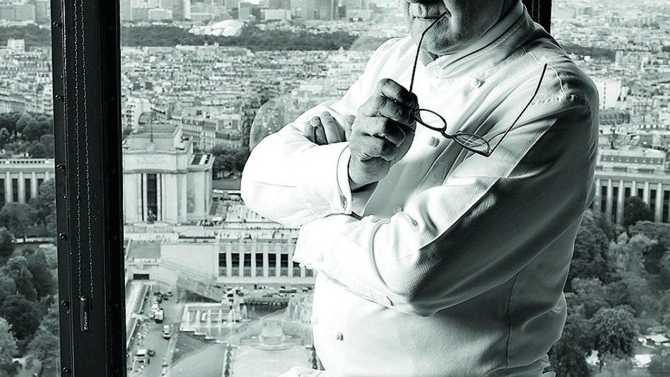 """Alain Ducasse Der Franzose ist einer der bekanntesten Köche der Welt. Er war erst 33 Jahre alt, als die Tester des Michelin-Führers dem vom ihm geleiteten Hotelrestaurant """"Le Louis XV"""" in Monaco drei Sterne verliehen, die höchste Auszeichnung. Heute führt Ducasse unter seinem Namen ein Unternehmen mit mehr als 20 Restaurants weltweit, von Tokio über Doha bis Las Vegas. Drei davon haben drei Sterne erhalten - das kann kein anderer Koch vorweisen."""
