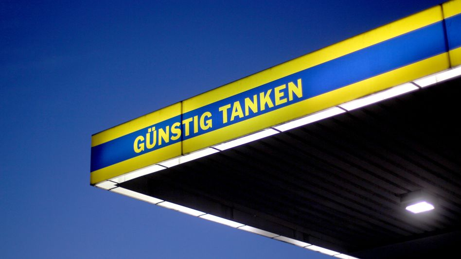 Tankstellenschild in Dortmund: Steigende Benzinpreise haben zur höheren Inflationsrate beigetragen