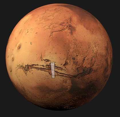"""Überflug: """"Mars Express"""" überquerte von Süden kommend zunächst den zentralen Teil des Valles Marineris und anschließend das Tal Ophir Chasma. Dabei nahm die HRSC-Kamera einen etwa 1600 Kilometer langen Streifen in hoher Auflösung, in Farbe und in Stereo auf"""