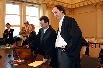 Verteidiger-Riege: Von rechts nach links: Rechtsanwälte Taschke und Rakob von der Sozietät Clifford Chance, die den Käufer Energis vertritt, daneben Rechtsanwältin Schulz und Rechtsanwalt Römmig, ganz außen ein Referendar