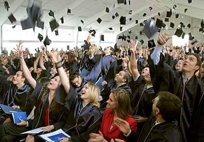 Grund zum Jubeln: Die Absolventen der International University Bremen (IUB) werfen bei der Zeugnis-Zeremonie ihre Hüte in die Luft