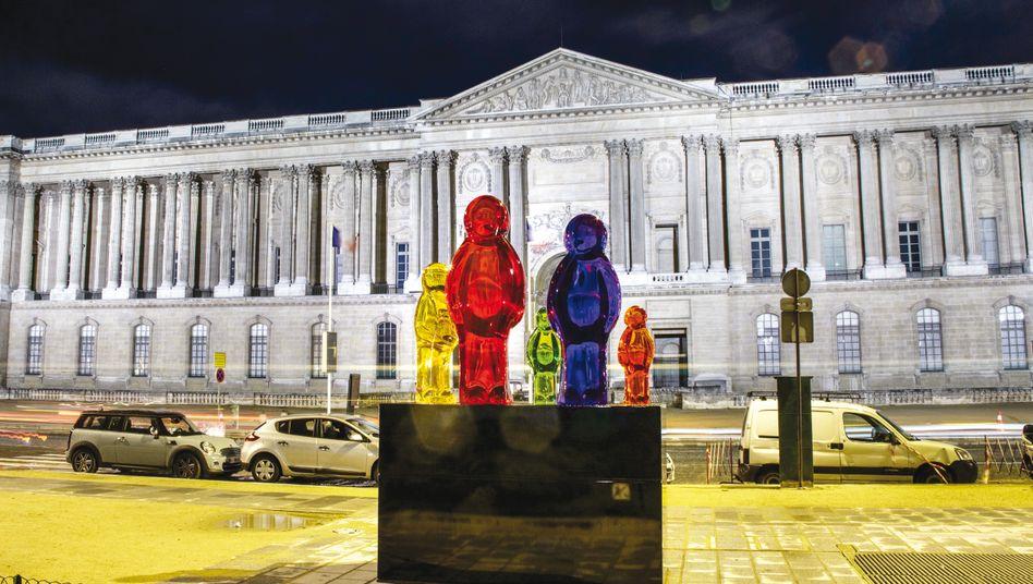 """Die Skulptur """"Jelly Baby Family"""" des Künstlers Mauro Perucchetti vor dem Louvre in Paris"""