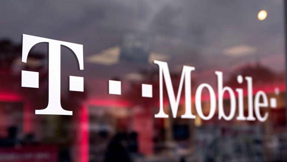 T-Mobile-Logo in Los Angeles: Die Telekom-Tochter ordnet nach der Sprint-Fusion ihre Geschäfte neu.