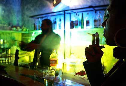 Kein Qualm mehr am Tresen: Raucher werden in abgetrennte Räume verbannt