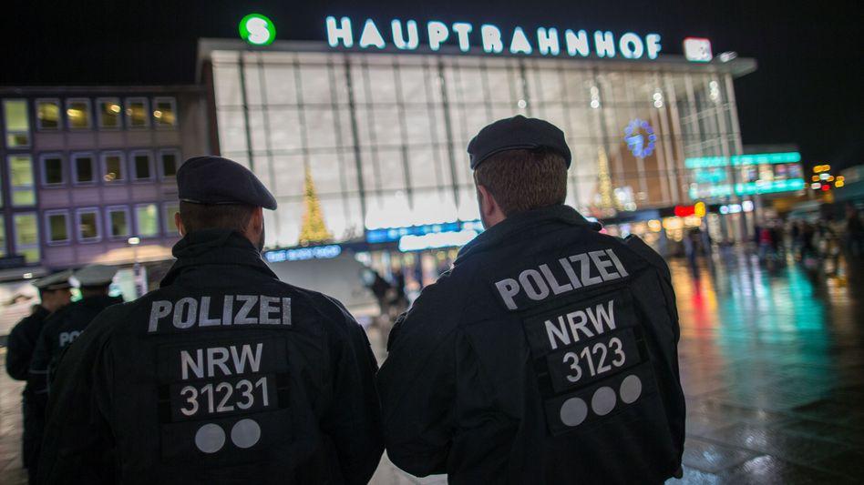Polizisten vor dem Kölner Hauptbahnhof: Die sexuellen Gewalttaten in der Silvesternacht haben die Republik schockiert. Die Wahrheit über das Geschehen kommt nur scheibchenweise heraus