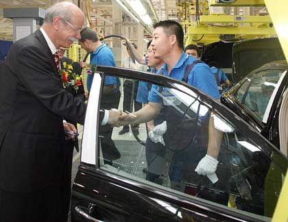 Der Kunde entscheidet: DaimlerChrysler-Chef Dieter Zetsche im neuen Werk des Autokonzerns in Peking