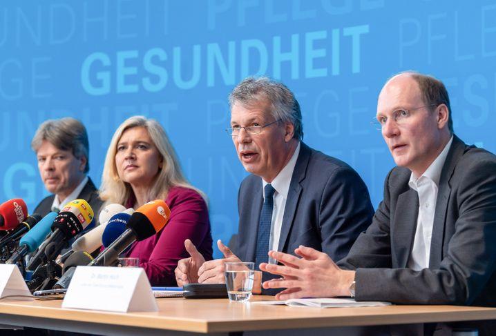 Andreas Zapf, Präsident des bayerischen Landesamtes für Gesundheit und Lebensmittelsicherheit (2.v.r.) bestätigten Fall der neuartigen Lungenkrankheit in Deutschland