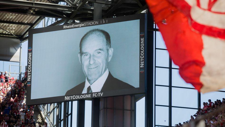 Gedenken an den Unternehmer Karl-Erivan Haub bei einem Fußballspiel im Mai 2018.