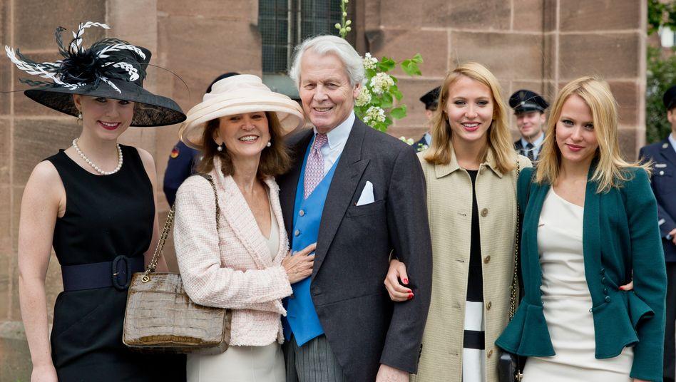 Archivbild aus 2014: Anton-Wolfgang Graf von Faber-Castell, dessen Testament zu dem Streit führte, posiert mit seiner Ehefrau Mary (2.v.l.) sowie seinen Töchtern Sarah (r) und Victoria (2.v.r.) und Katharina (l)