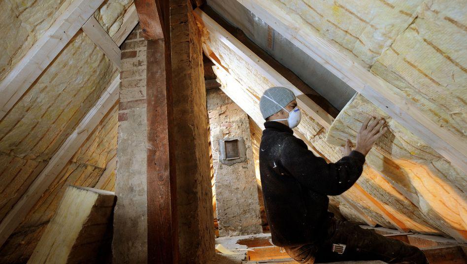 Dämmung des Daches: Für umweltbewusste Hauseigentümer gehört dieser Schritt zum Standard energetischer Sanierung - das freut entsprechend spezialisierte Unternehmen