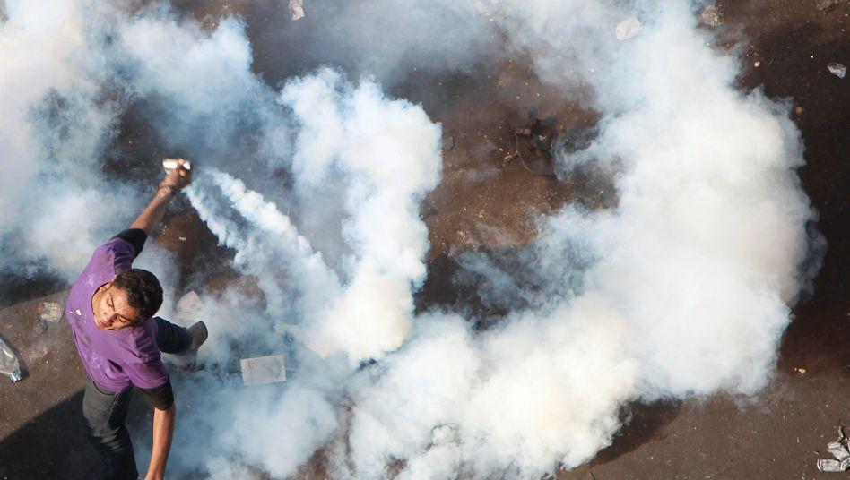 Ein Demonstrant auf dem Tahrir-Platz in Kairo: Der Straßenkampf forderte bislang mindestens 22 Menschenleben