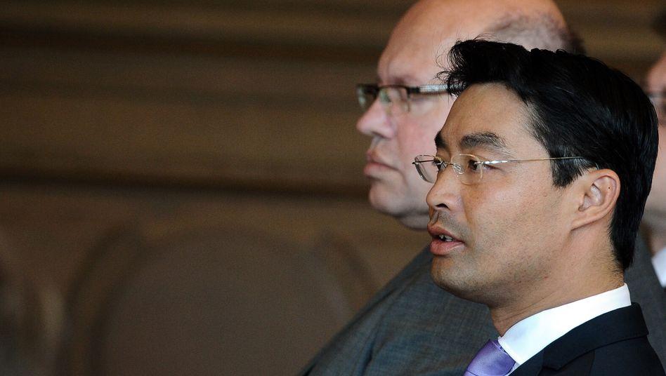 Streiten über EEG-Reform: Bundeswirtschaftsminister Philipp Roesler (FDP, vorn) und Bundesumweltminister Peter Altmaier (CDU)