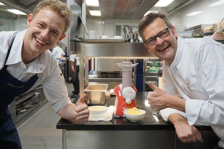 Die kleine Maschine legte sich mächtig ins Zeug: Chef und Souschef mit dem überraschend guten Ice Cream Maker