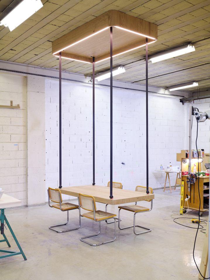 Aufgedeckt: Die Andockstation an der Decke schafft Platz im Raum