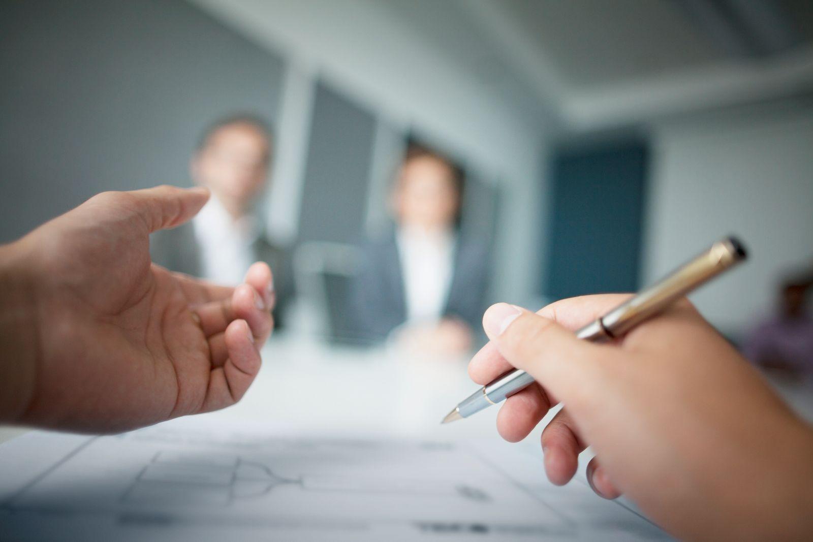 EINMALIGE VERWENDUNG Hände / Unschärfe / Meeting / Gespräch / Büro / Bewerbung / Beurteilung