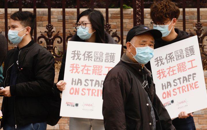Ärzte und Krankenschwestern protestieren in Hongkong dafür die Grenzen nach Festlandchina zu schließen