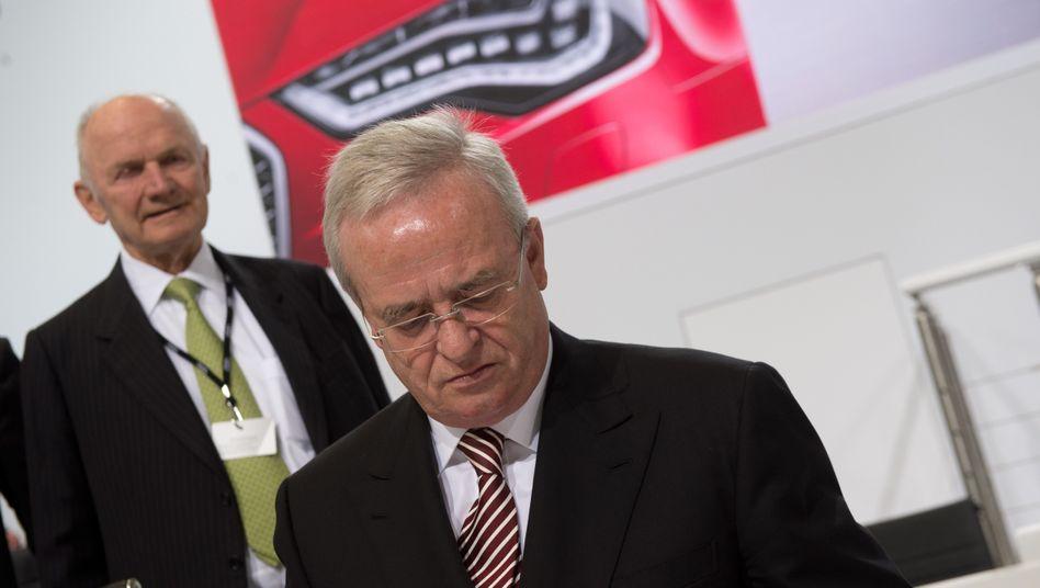 Der Mann im Rücken: VW-Aufsichtsratschef Ferdinand Piëch (l) mit seinem Vorstandschef Martin Winterkorn im Mai 2013.
