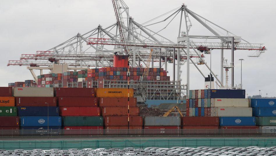 Rasch noch Lager füllen: Gestaute Container und exportbereite Autos von Honda im britischen Hafen Southampton Mitte Dezember
