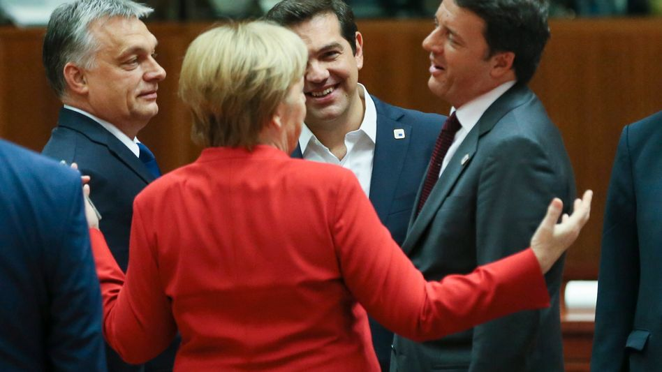 Gute Miene trotz Abfuhr: Auf einen Schuldenschnitt sollte Griechenlands Regierungschef Alexis Tsipras (2. v. rechts) nicht hoffen. Das machte nicht zuletzt Angela Merkel beim EU-Gipfel-Treffen am vergangenen Freitag im Kreis von Ungarns Regierungschef Viktor Orban (links) und Italiens Regierungschef Matteo Renzi (r.) klar.