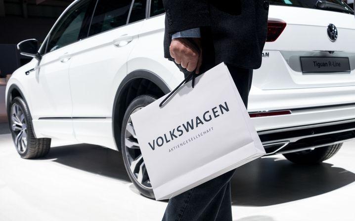 Warten auf den Einlass: Die große Markenshow der Autos aus dem Volkswagenkonzern gehört auch in der Krise dazu. Von Lamborghini bis zu den MAN-Lastwagen wird alles gezeigt.
