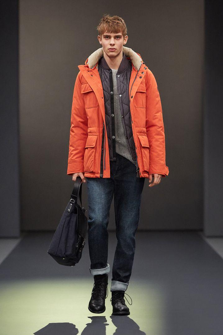 Einflüsse aus der Arbeitswelt machen die Kleidung multifunktionell und widerstandsfähig. Jacken und Hemden mit zahlreichen Taschen und aus festeren Stoffen werden wichtiger, dazu die kernige Jeans. Auch Marc OPolo setzt auf diese praktische Kombination für den Winter.