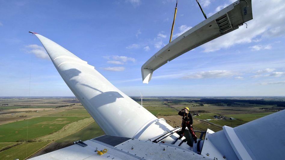 Arbeiten an einer Windkraftanlage im nordfriesischen Ellhöft