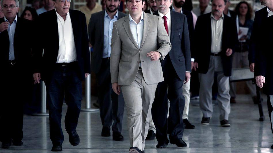 """Alexis Tsipras (Mitte und Regierungsmitglieder: Die Reformvorschläge der Geldgeber nannte der Ministerpräsident """"absurd"""" und hat jetzt eigene Reformvorschläge vorgelegt"""