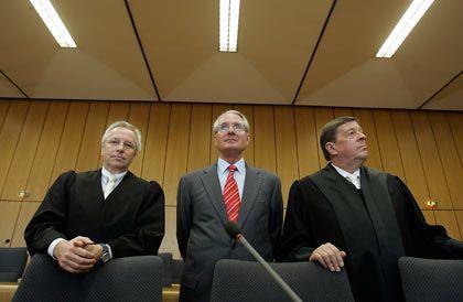 In Demut vor Gericht: Ex-Post-Chef Zumwinkel (r.)