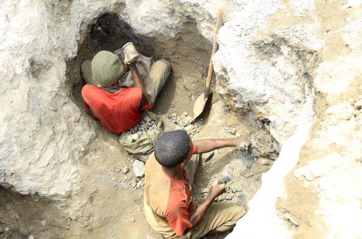 Wilde Schürfer im Kongo bei der Arbeit