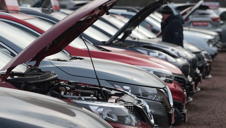 Neu- und Gebrauchtwagen bei einem Autohändler: Erst seit Mitte April sind die Autohäuser wieder regulär geöffnet