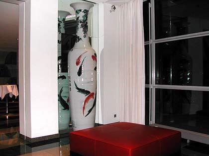 Kunst in der Hotelhalle: Vase aus chinesischem Porzellan in XXL