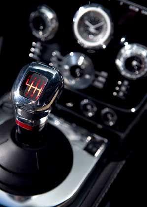 Kupplung kommen lassen: Blick in die Mittelkonsole des neuen James-Bond-Geschosses DBS. Der Schaltknüppel sieht schon danach aus, als ob mit ihm mehr als nur die Gangwechsel gesteuert würden