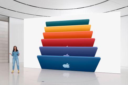 Apple-Managerin Colleen Novielli präsentiert die neuen iMacs