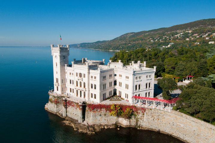 Prächtig gelegen: Schloss Miramare. Erzherzog Ferdinand Maximilian von Österreich hat es einst bauen lassen.