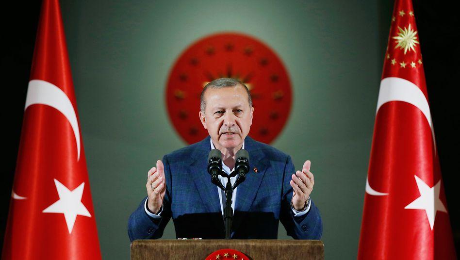 Der türkische Präsidet Recep Tayyip Erdoğan hat ein Problem: Die Lira stürzt, die Devisenreserven schmelzen dahin. Touristen, die frische Dollar ins Land bringen könnten, bleiben weg. Das Land steuert auf eine zweite Rezession zu