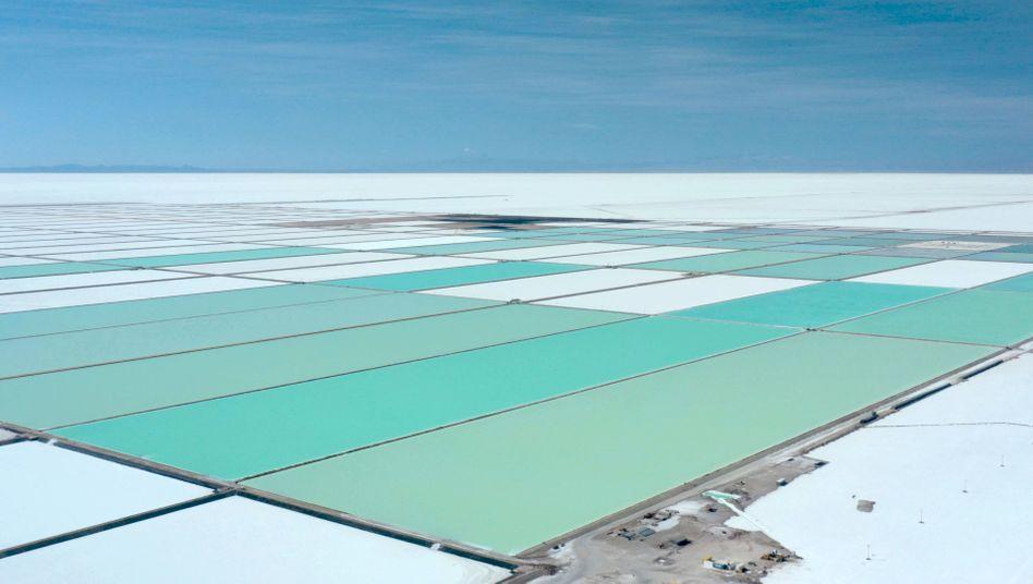 Verdunstungsbecken zur Lithium-Produktion im bolivianischen Salzsee Salar de Uyuni
