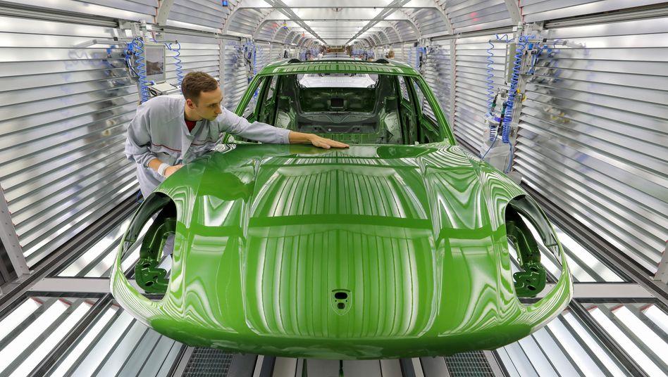 Lack-Prüfung bei Porsche: Mit einem Umsatz-Anteil von knapp 20 Prozent zählen die Autobauer zu den wichtigsten Kunden von BASF
