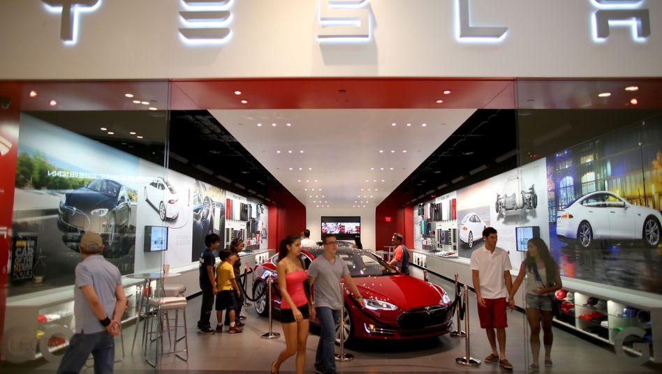 Tesla-Verkaufsraum: Der Elektroautohersteller garantiert hohe Rückkaufswerte und das Funktionieren der Batterie für acht Jahre