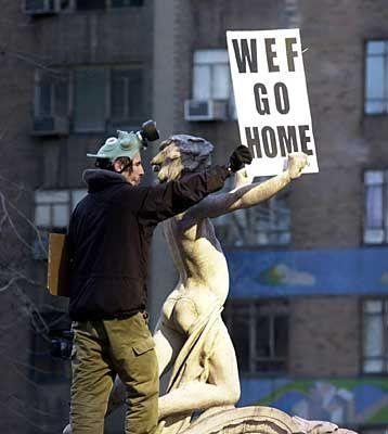 Widerstand von allen Seiten: Ein Protestant hält im Central Park ein Schild in die Höhe